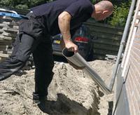 Loodgieter van PCS Totaal legt een nieuwe leiding aan