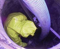 Het leeg zuigen van een riool put om deze te kunnen inspecteren