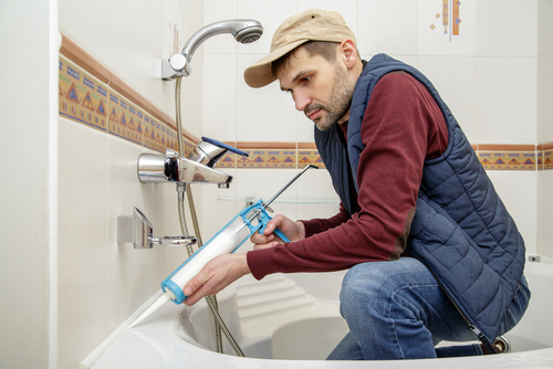 PCS Totaal medewerker renoveert badkamer