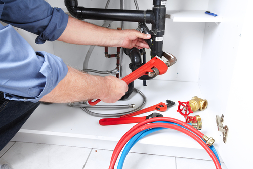 Loodgieter met gereedschap van PCS Totaal