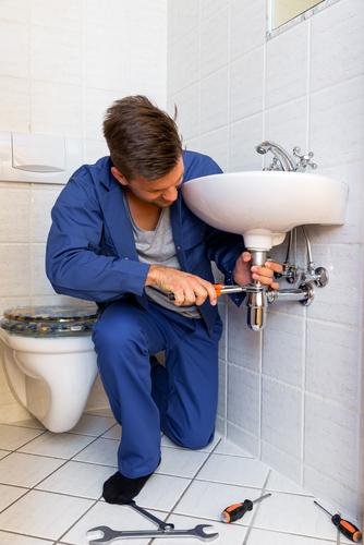 Verstopping in gootsteen wordt gerepareerd door PCS Totaal